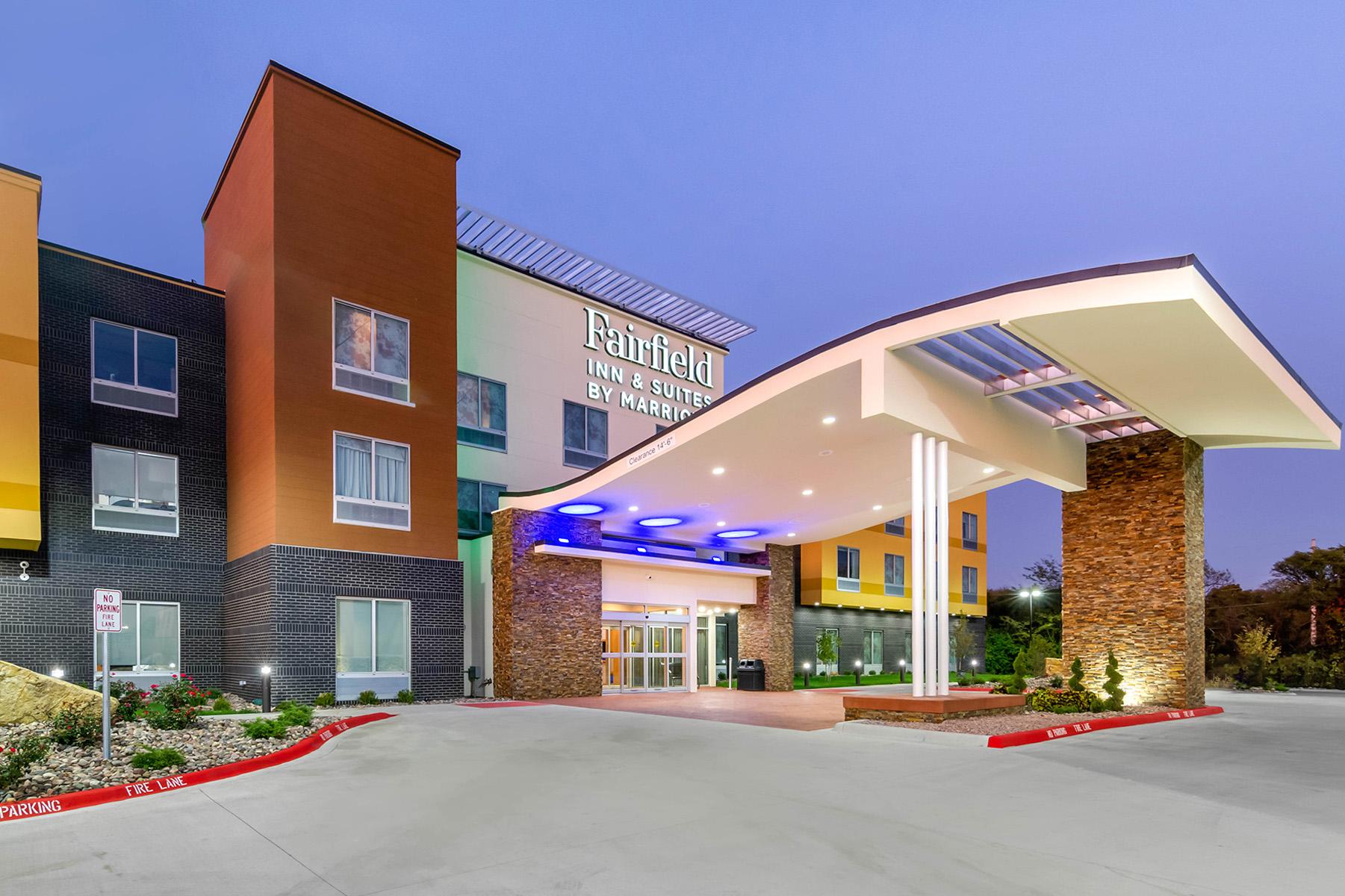Fairfield Inn & Suites by Marriott Exterior at Dusk