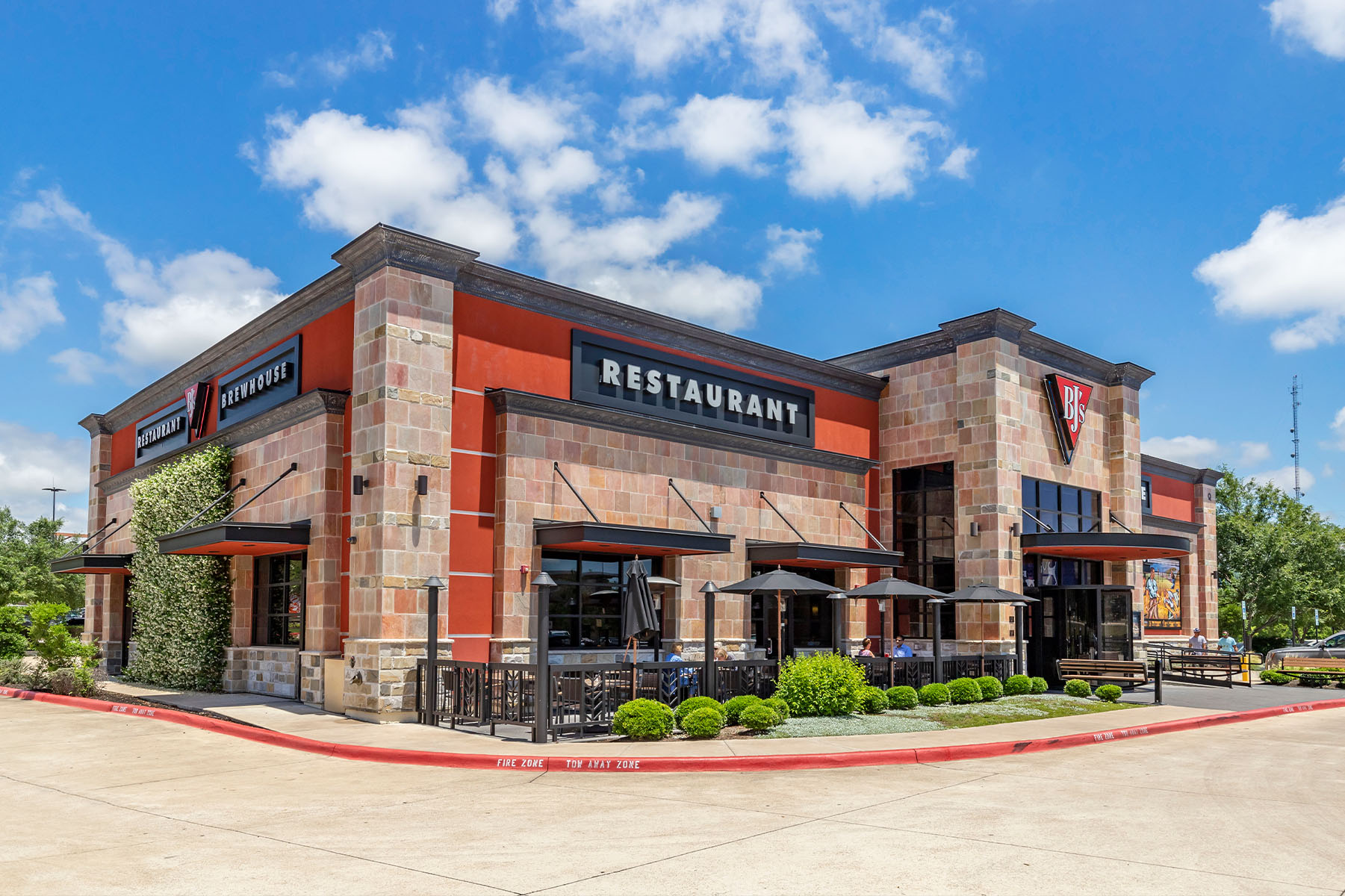 bjs brewhouse restaurant ext day